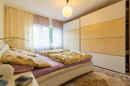 Was für ein gemütliches Paradies! Im Elternschlafzimmer geht es trotz straßenseitiger Lage sehr ruhig zu.