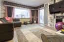 Das Wohnzimmer im Erdgeschoss hat eine tolle Größe in petto und bietet Ihnen einen direkten Zugang zur Terrasse.