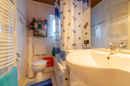 Schlanker Grundriss, modernes Interieur: Ihr Bad im Erdgeschoss wurde erst vor wenigen Jahren saniert. Hier badet es sich ausgezeichnet!