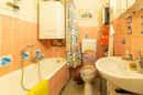 Ein Mädchentraum? Nunja, zumindest die Farbe der Fliesen im baujahrestypisch ausgestatteten Bad lässt das vermuten.