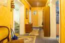 Der Flur verbindet nicht nur alle vier Zimmer Ihrer Wohnung miteinander, sondern dient dank seiner Breite auch als Raum zum Ordnen und Verstauen.