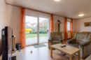 Nicht riesig, dafür gemütlich: Ihr Wohnzimmer mit Blick auf Terrasse und Garten.
