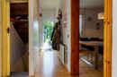 """Hausboot-Atmosphäre im Flur! Das weiß lackierte Holz im schmalen Flur versprüht gemütliches """"Nach-Hause-Komm-Gefühl"""""""