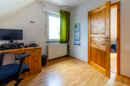 Das separate Kinderzimmer im Obergeschoss bietet einen schönen Platz für Ihren Sprössling.