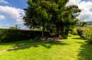 Was für ein großzügiger Gartentraum. Hier können Sie nach Lust und Laune genießen, ohne viel Arbeit zu haben. Perfekt für Ruhesuchende mit Platzbedarf.