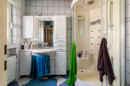 Nicht mehr das Neueste vom Neuesten, trotzdem aber solide und funktionell: Ihr Tageslichtbad mit Dusche im Erdgeschoss.