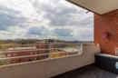 Schön geschützt dank Dach und perfekt zur sonnigen Südseite gelegen schenkt Ihnen dieser Balkon künftig viele schöne Sonnenstunden.