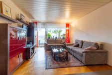 """Dieses Stäbchenparkett: ein Traum! Ihr Wohnzimmer mit dahinterliegendem Außenwohnzimmer alias """"Loggia"""" ist ein gemütliches Kleinod für die ganze Familie."""