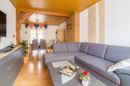 Wohnlich und gemuetlich: der Wohnbereich wird durch den Zugang zum Esszimmer optisch geoeffnet.