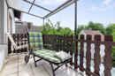 Überdacht und mit Blick ins Grüne: so kommt Ihr Balkon im Obergeschoss des Mehrfamilienhauses daher