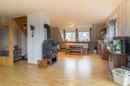 Wer Gemütlichkeit sucht, ist in diesem Wohnbereich goldrichtig. Warmer Boden, heißer Kamin. Da freut man sich doch glatt auf die Winterzeit…