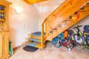 Warm und herzlich begrüßt dieser Flur mit Treppenaufgang die Bewohner.