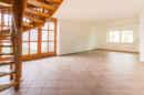 Holzelemente versprühen ihren gemütlichen Charme in jeden Raum. Das beweist spätestens dieser Blick aufs Wohnzimmer!