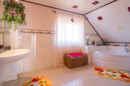 Eine Wellnessoase mit Eckbadewanne – Ein Luxus-Badezimmer.