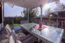 Hier kann Ihr nächstes Familienessen stattfinden – die offene aber überdachte Terrasse.