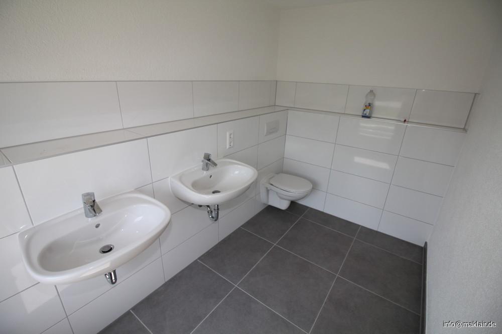 WC + Waschbecken, Bad 1