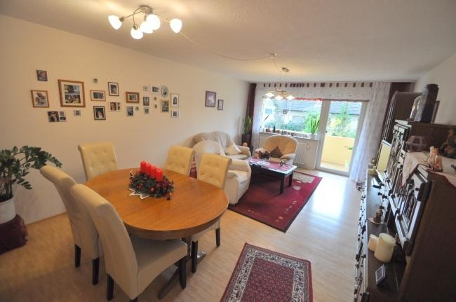 Wohnzimmer mit Zugang zum Balkon von VERKAUFT   Maywand Immobilien GmbH