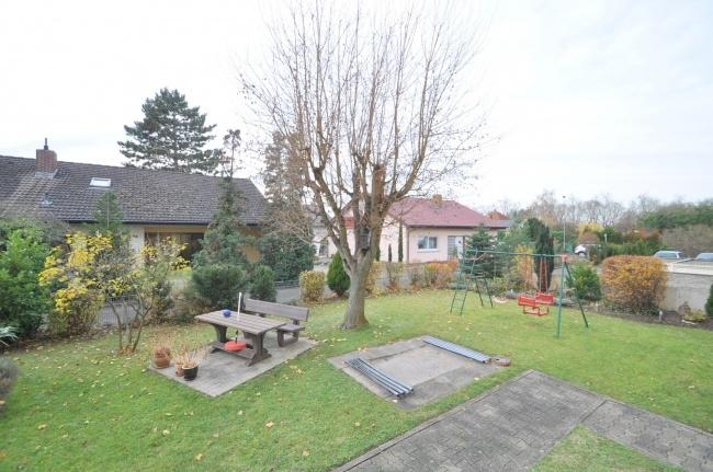 Garten mit Spielplatz von VERKAUFT   Maywand Immobilien GmbH