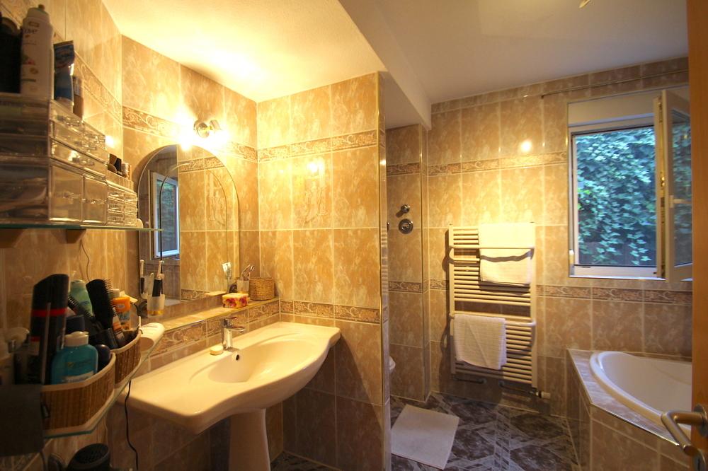 Badezimmer mit Badewanne und Dusche von Vermietet 4-ZKB Maisonette-Wohnung mit Terrasse, Garten und Stellplatz   Maywand Immobilien GmbH