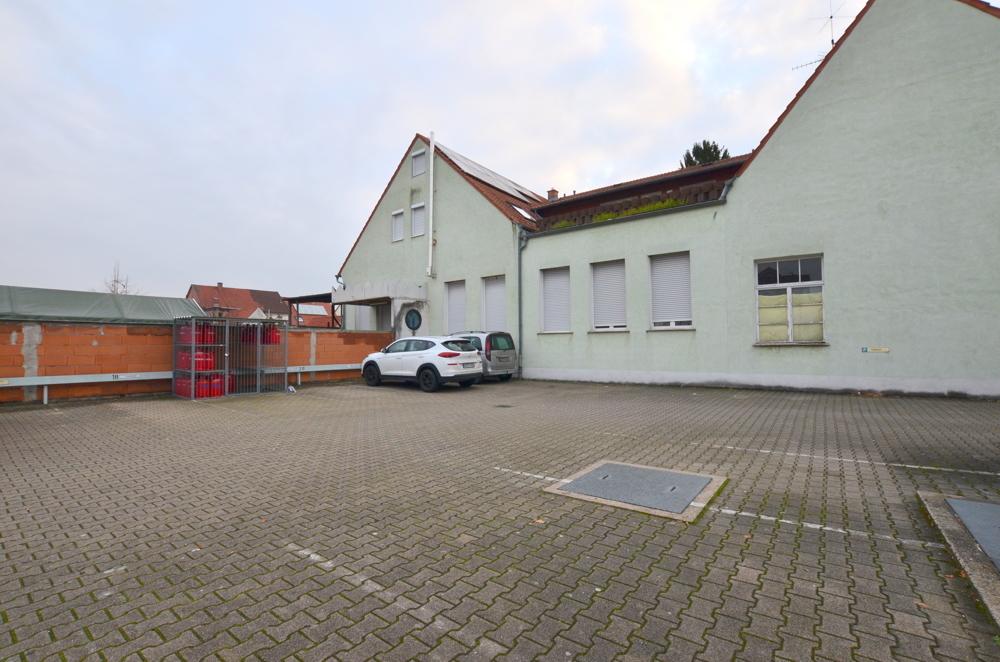 Außenansicht und die Parkplätze  von Zwei lukrative Ladenflächen in zentraler Lage Waghäusel-Kirrlachs zu verkaufen | Maywand Immobilien GmbH
