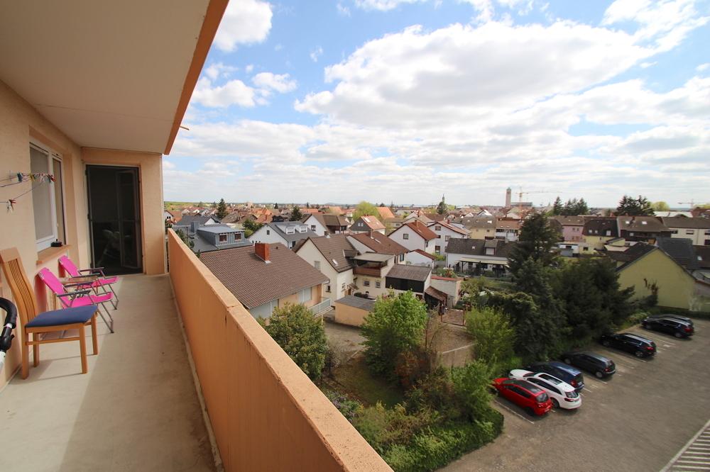 Ausblick Balkon von VERKAUFT Gepflegte 4,5-ZKB Wohnung mit Ausblick über den Dächern von Hockenheim | Maywand Immobilien GmbH