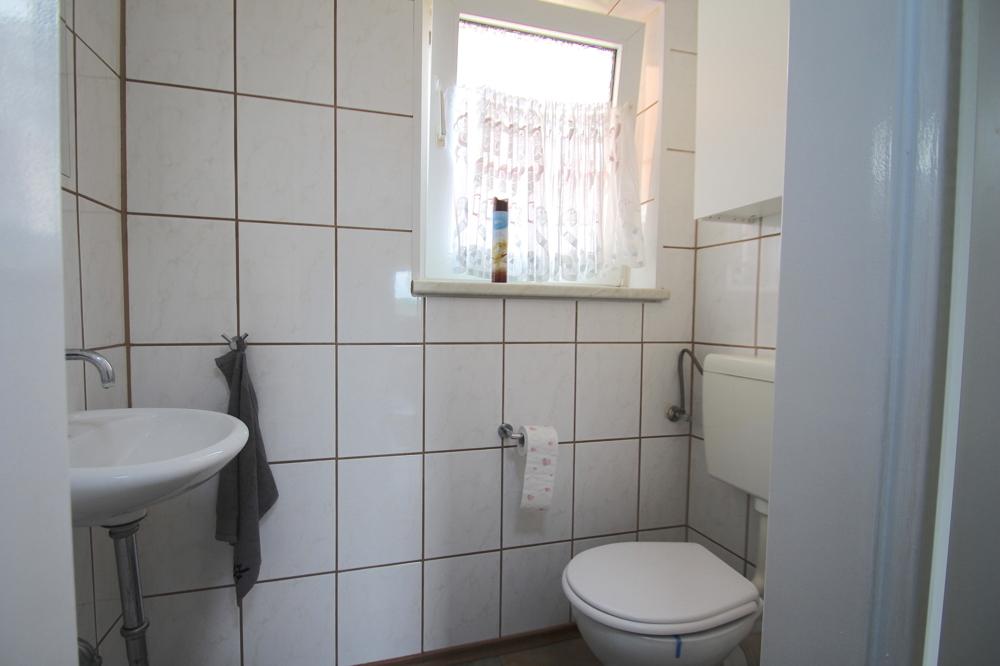 Gäste-WC von VERKAUFT Gepflegte 4,5-ZKB Wohnung mit Ausblick über den Dächern von Hockenheim | Maywand Immobilien GmbH