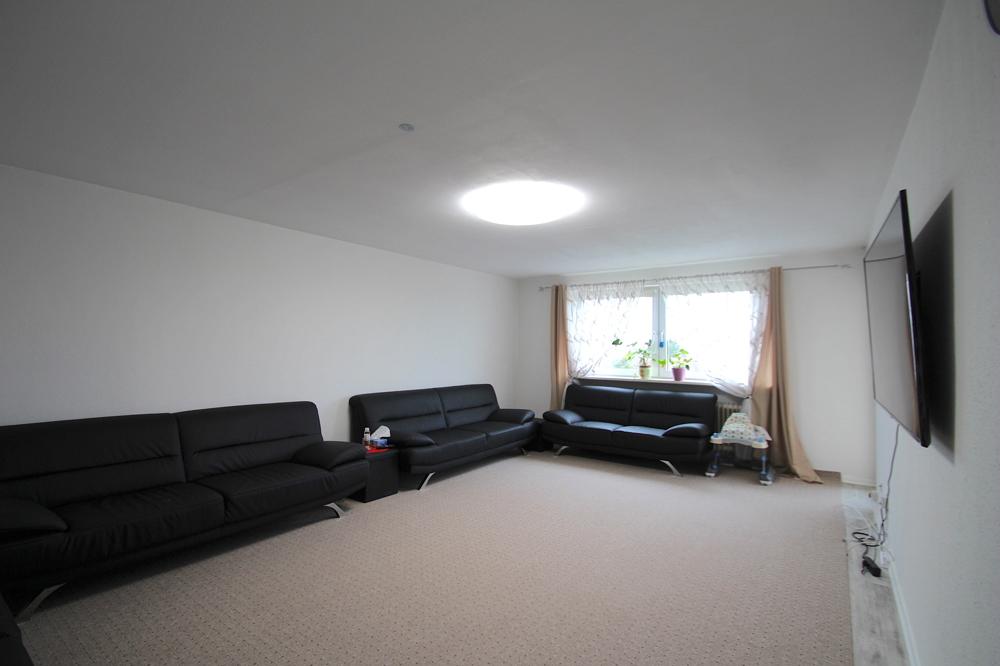 Wohnzimmer von VERKAUFT Gepflegte 4,5-ZKB Wohnung mit Ausblick über den Dächern von Hockenheim | Maywand Immobilien GmbH