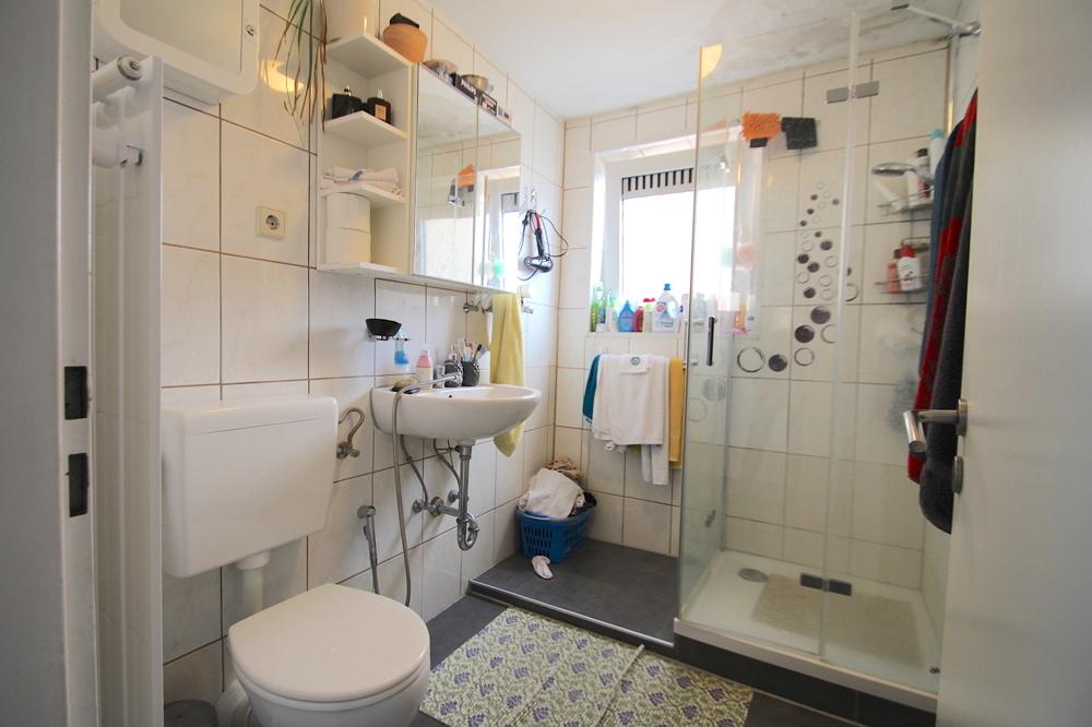 Tageslichtbad mit Dusche von VERKAUFT Gepflegte 4,5-ZKB Wohnung mit Ausblick über den Dächern von Hockenheim | Maywand Immobilien GmbH