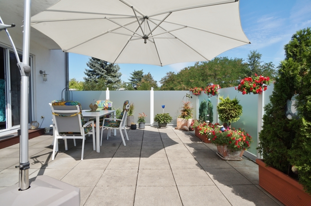 sonnige und riesige Terrasse...
