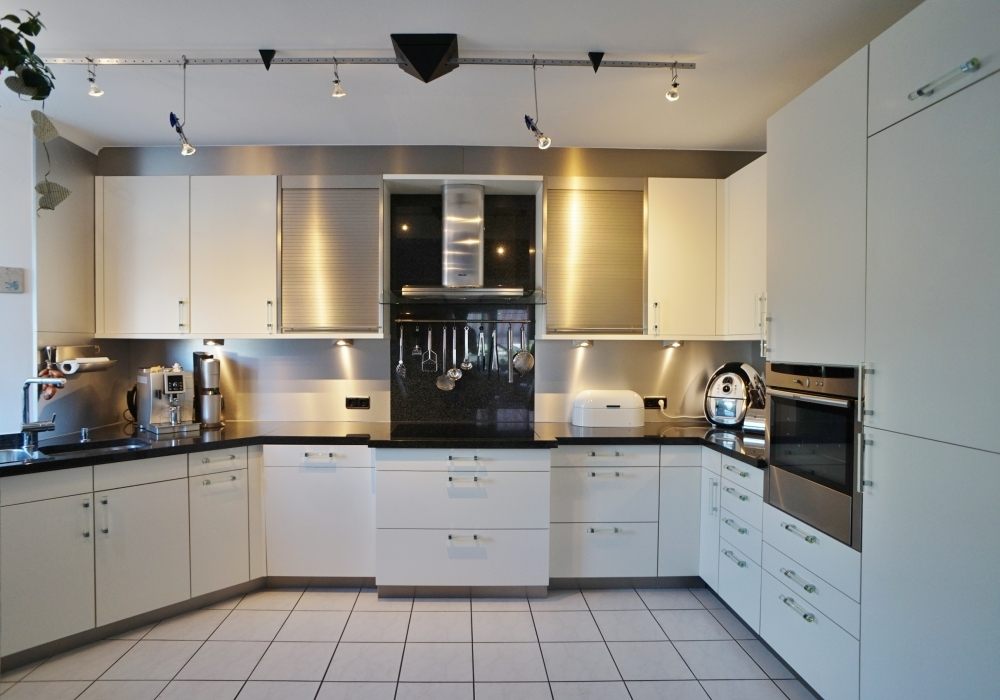 hochwertige und moderne Einbauküche