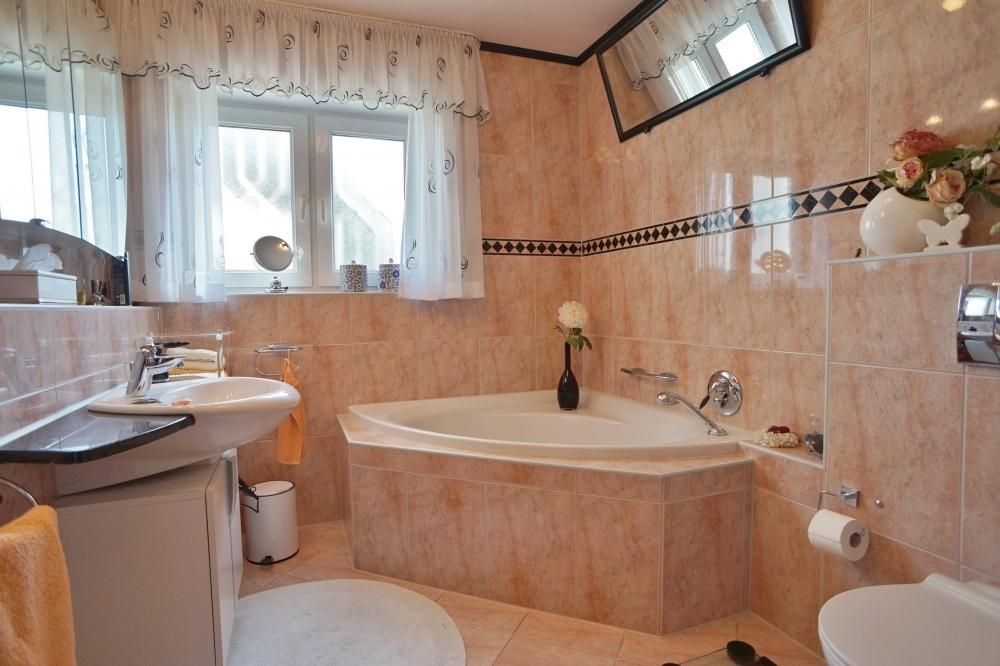 helles Tageslichtbad mit Dusche und Badewanne