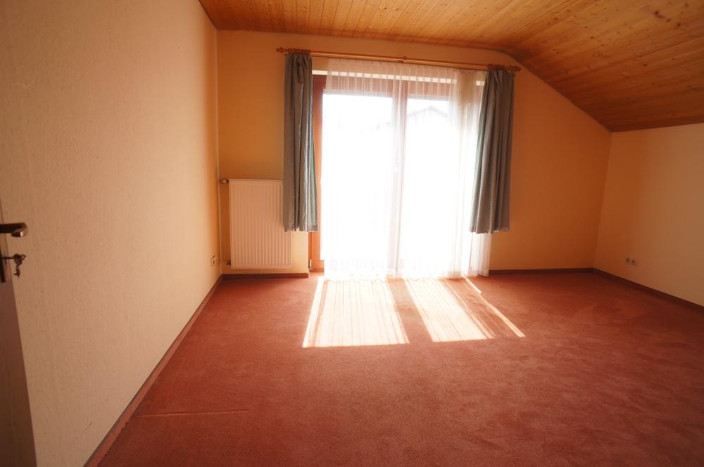 Schlafzimmer mit Balkon und Duschbad