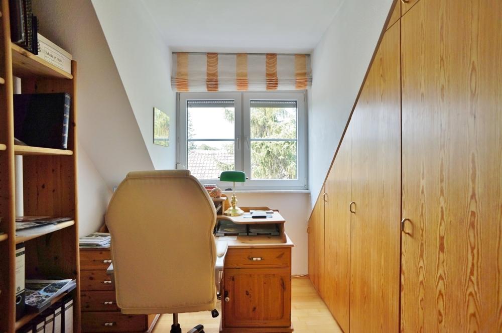 Arbeitszimmer mit praktischen Einbauschrank