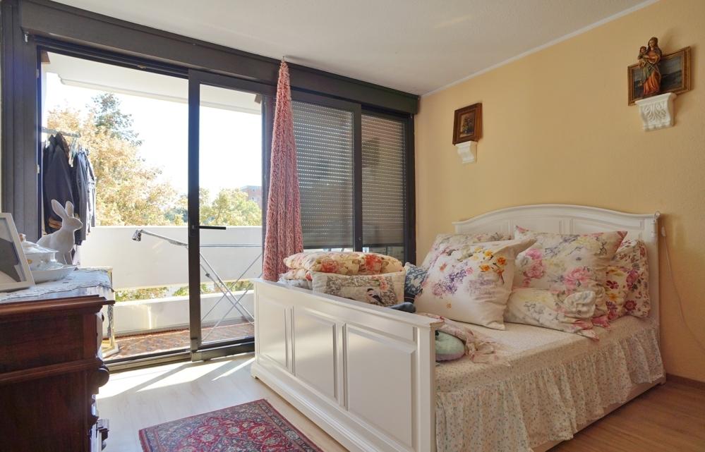 Schlafzimmer mit Zugang zum Balkon!