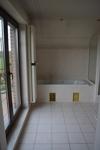 Bad mit Wanne und Balkon