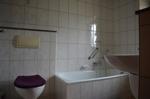 Badezimmer mit Wanne unten