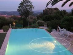 Pool in der Abenddämmerung