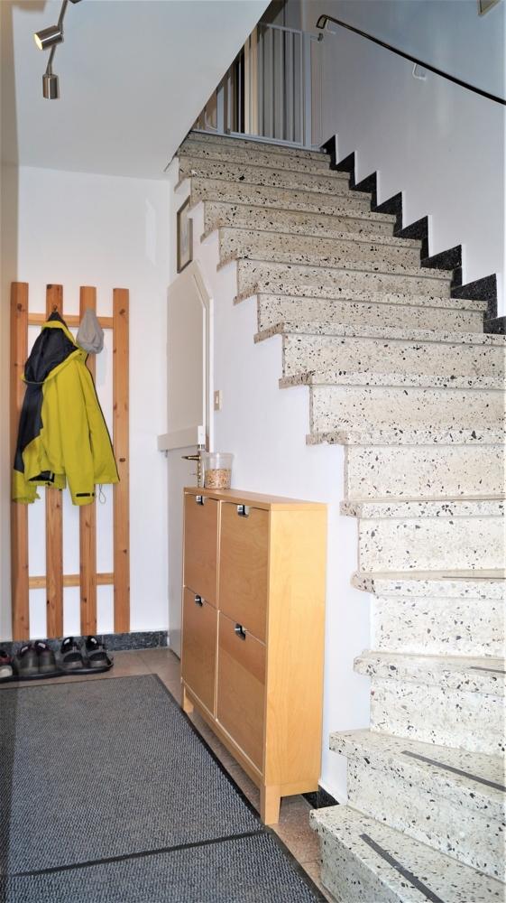 Wohnungsflur im Erdgeschoss mit Zugang zum Keller und der Treppe zu der im Obergeschoss gelegenen Wohnung