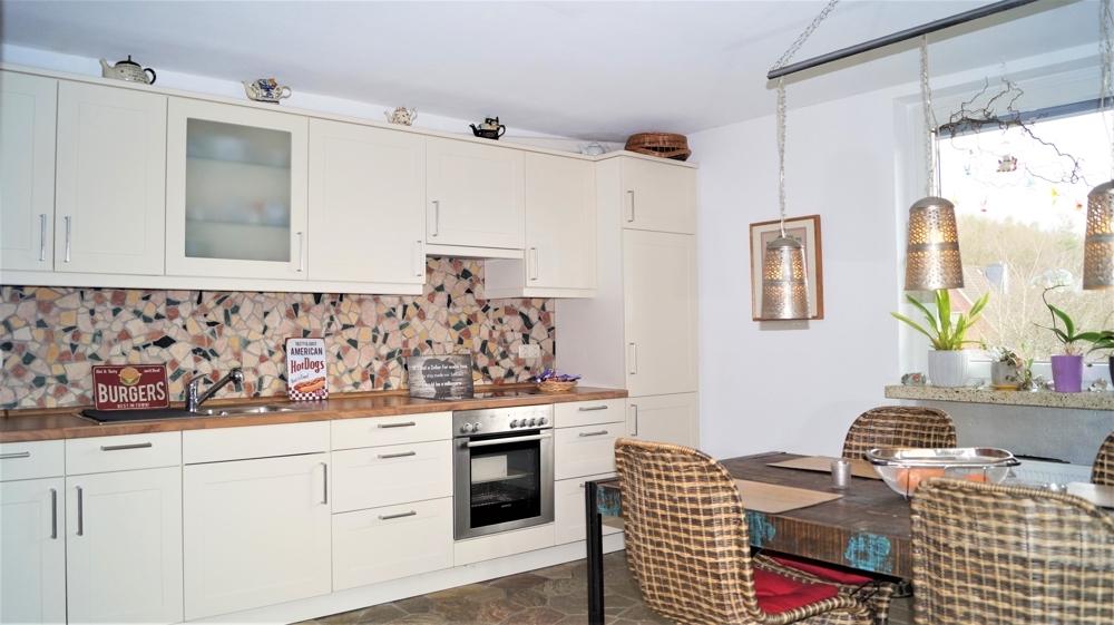Einbauküche mit Echtsteinelementen und Sitzecke