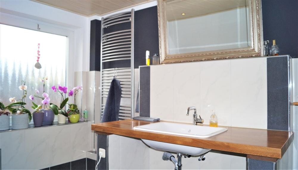 Eleganter Waschtisch im Badezimmer
