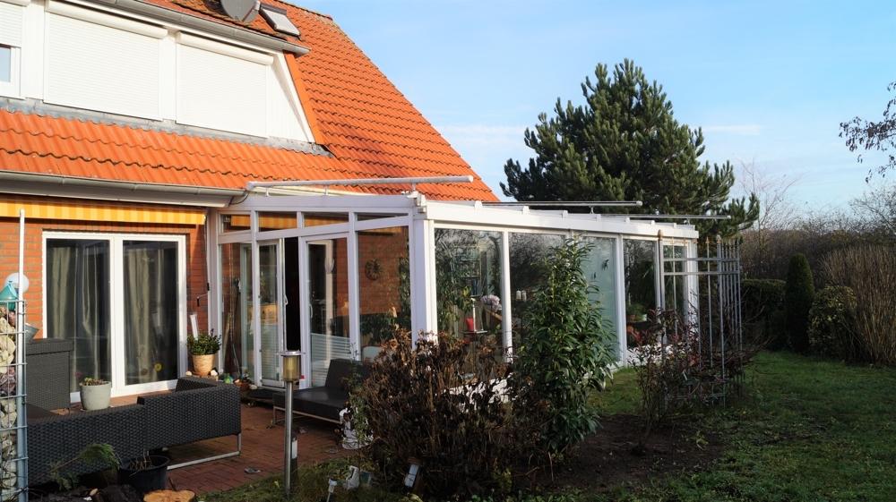 Gartenbereich mit Blick auf den Wintergarten