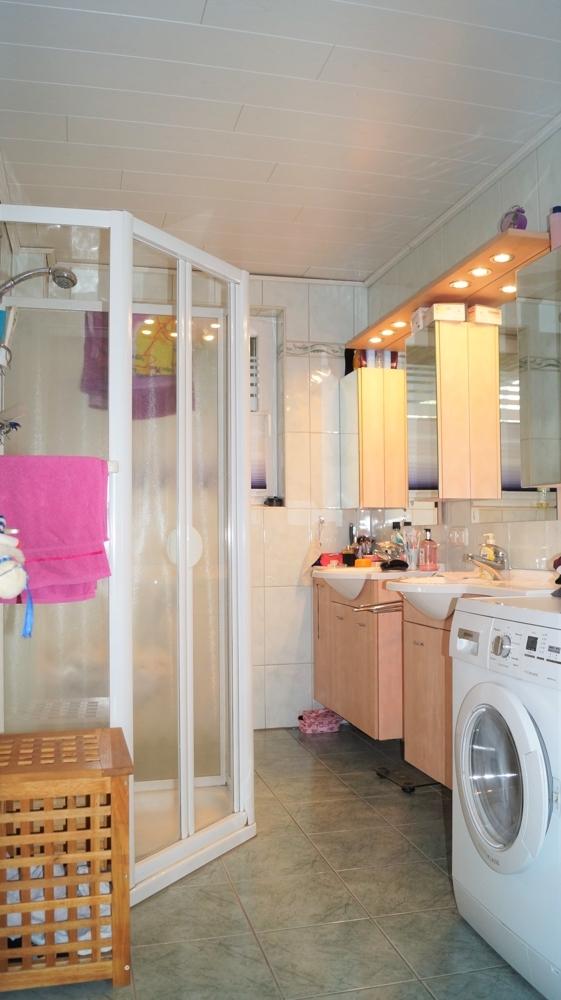 Badezimmer mit Dusche und Eckwanne