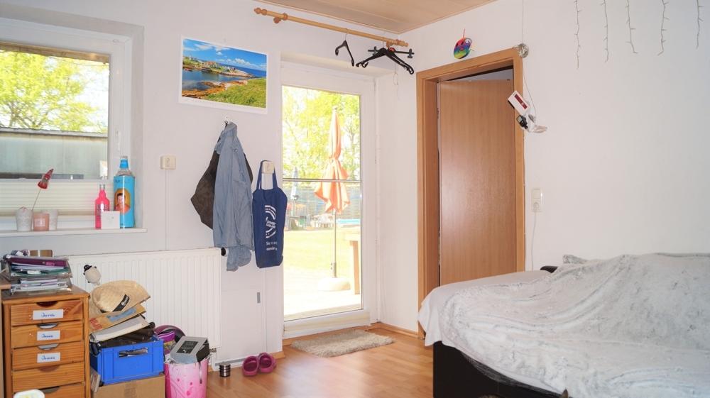 Kinderzimmer mit Zugang zum Grundstück