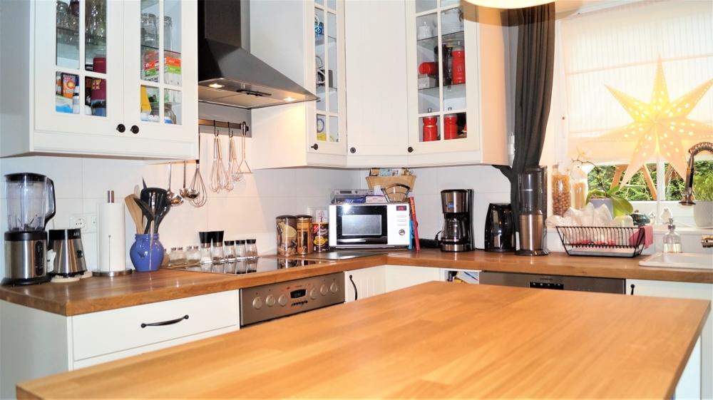 Küche mit Zugang zum Wohnzimmer und auf die Terrasse