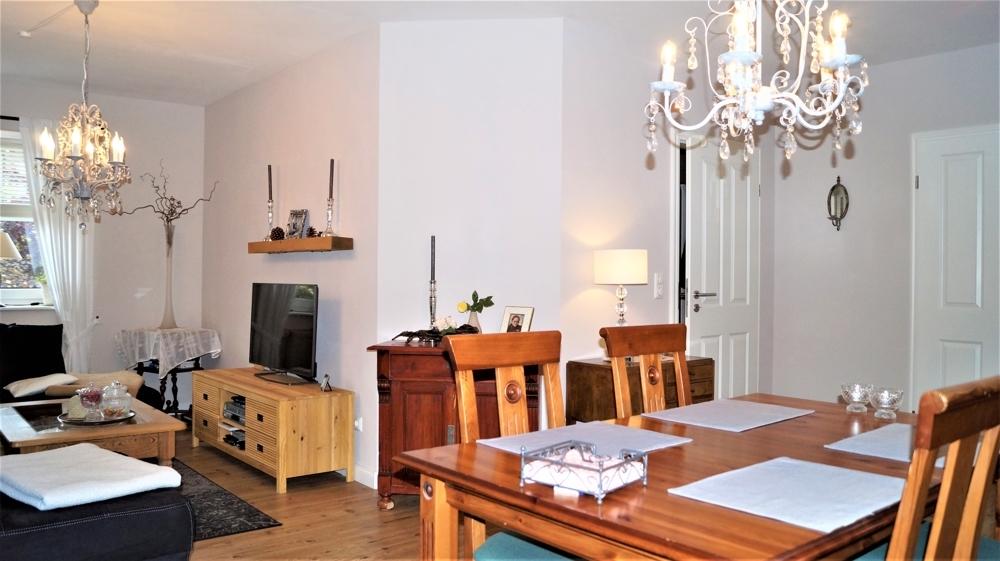 wohnzimmer mit Zugang zum Flur und zur Küche