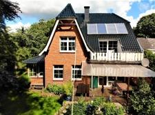 Blick aus dem Garten auf Haus und Terrasse