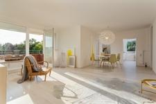 Sonniges Wohnzimmer mit Essecke