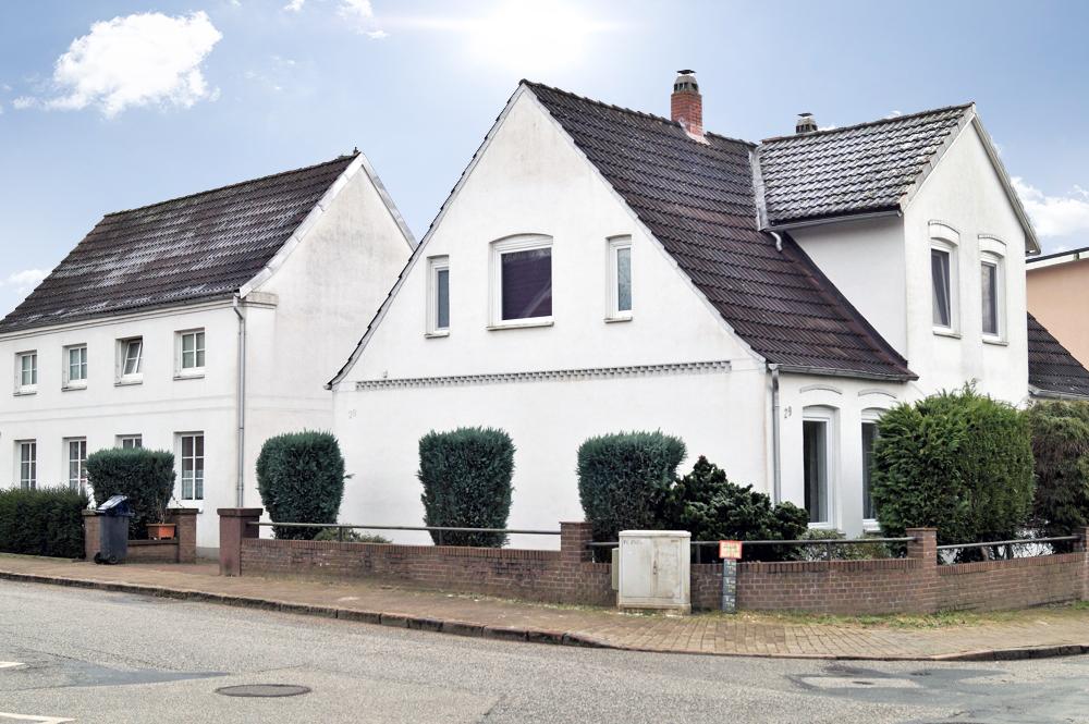 Mehrfamilienhaus im Vordergrund