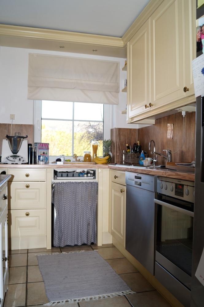 Einbauküche mit Fenster und allen technischen Geräten