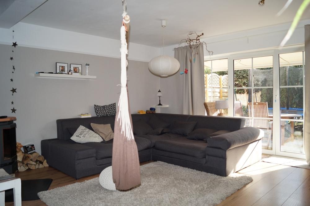 helles Wohnzimmer mit bodentiefen Fensterelementen